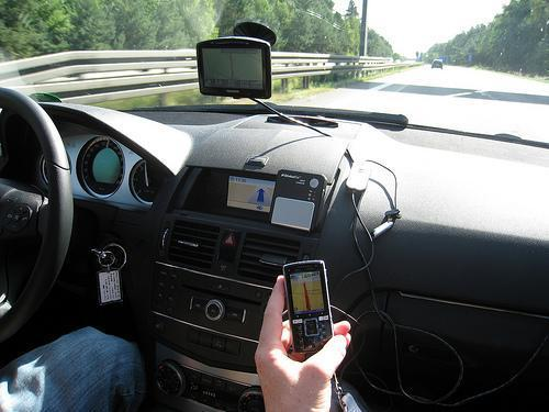Tráfico pone en marcha en las carreteras extremeñas una campaña de control del uso del móvil al volante