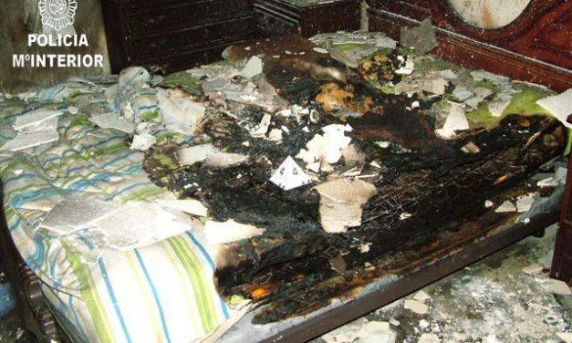 La Policía Nacional investiga el incendio provocado este lunes en el edificio de la calle Olof Palme de Badajoz