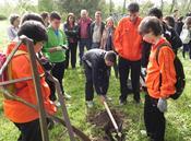 La organización UPA-Uce reúne a 200 estudiantes voluntarios para plantar árboles en Alagón del Río