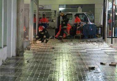 El mal tiempo causa el desplome de un toldo y una cornisa de gran tamaño en la calle Moret de Cáceres