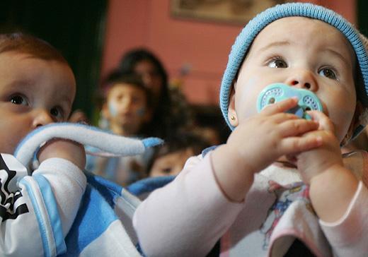 Más de 3.000 extremeños comienzan esta semana a recibir las ayudas por hijo nacido o adoptado