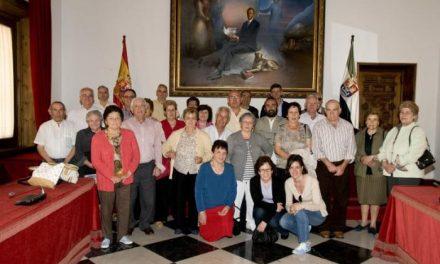 La Asociación del Hogar del Pensionista de Ahigal visita el Palacio Carvajal y conoce la Diputación de Cáceres