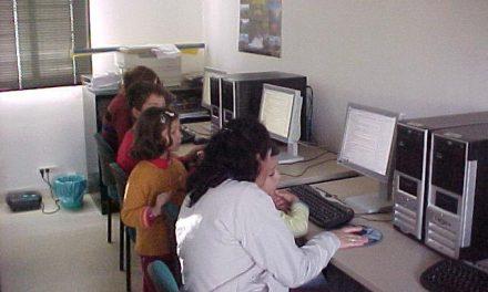 La mancomunidad de Las Hurdes enseña a los vecinos a sellar la tarjeta de demanda de empleo por internet