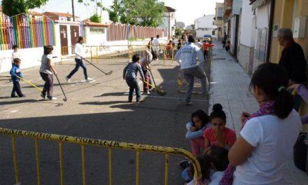 La actividad «Deporte en la calle» agrupa a medio centenar de niños en la calle Carreras de Moraleja
