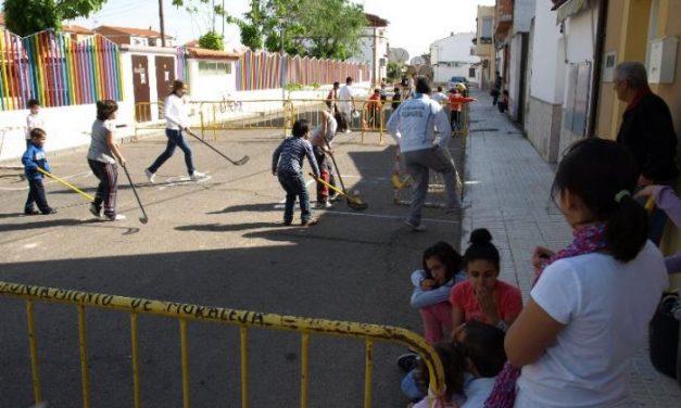 """La actividad """"Deporte en la calle"""" agrupa a medio centenar de niños en la calle Carreras de Moraleja"""