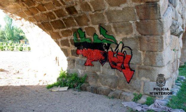 La Policía Nacional de Mérida detiene a un menor por hacer graffitis en uno de los ojos del puente romano