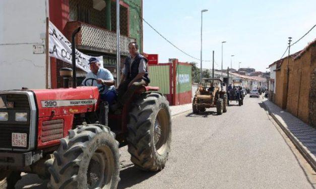 Una tractorada en Casas de Don Pedro reivindica el uso para los agricultores de la antigua cámara agraria