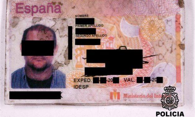 La policía detiene a una pareja por estafar más de 5.000 euros utilizando un DNI manipulado y robado