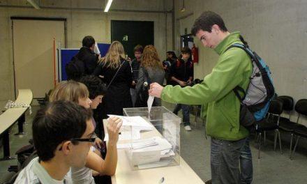 Comienza en Extremadura la campaña electoral más ajustada de la democracia con la pegada de carteles