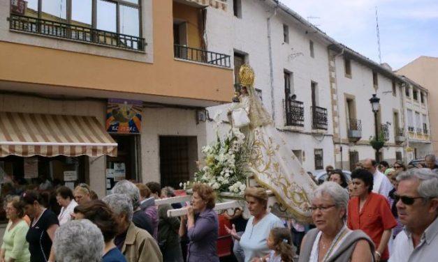 Los moralejanos acompañan a la Virgen de la Vega en su regreso al santuario para celebrar la romería