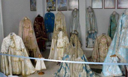 La cofradía de la Virgen de la Vega organiza una exposición con los artículos y joyas de la patrona de Moraleja