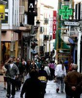 El área comercial de la calle cacereña de Pintores recobra la actividad y debatirá si vuelve a instalar los toldos