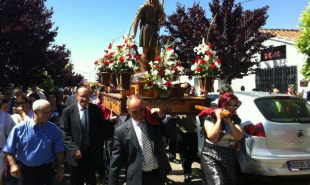 Los vecinos del pueblo de La Moheda de Gata arropan con fervor y alegría a San Isidro Labrador