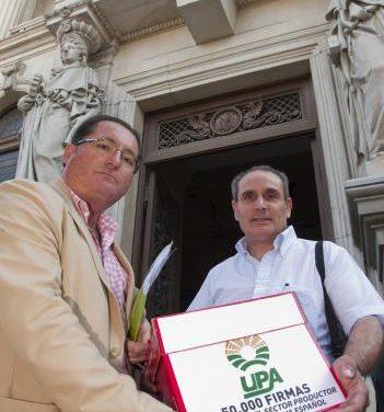 Los olivareros presentan 50.000 firmas al Ministerio para pedir el almacenamiento privado del aceite de oliva