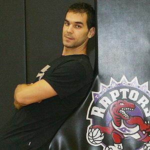 El jugador de los Toronto Raptors José Manuel Calderón visita este viernes Baños de Montemayor