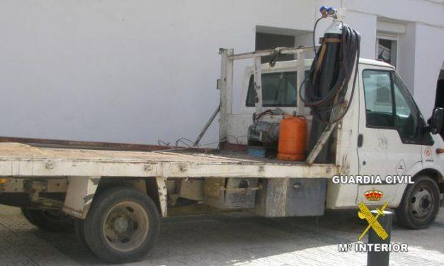 La Guardia Civil detiene a dos sevillanos acusados del robo en una cantera de Los Santos de Maimona