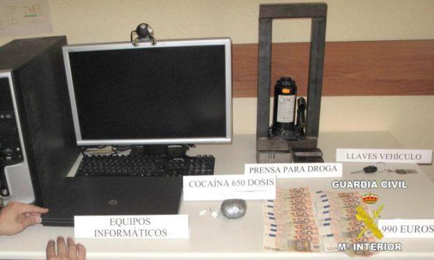La Guardia Civil detiene a dos hombres y a una mujer y desmantela un punto de venta de droga en Zafra