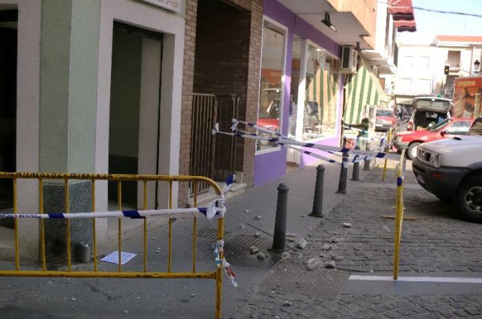 El derrumbe de parte de una cornisa obliga a acordonar la plaza de Colón y la calle Hernán Cortés en Moraleja