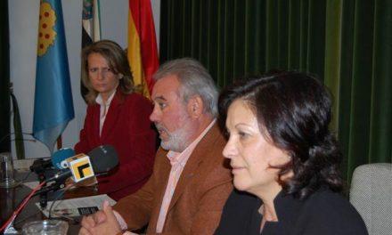 La periodista Isabel San Sebastián lee en Navalmoral el manifiesto del Día contra la Violencia a las Mujeres