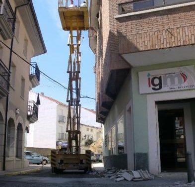 Los trabajos de reparación de la cornisa del número 2 de la plaza de Colón de Moraleja finalizarán esta semana