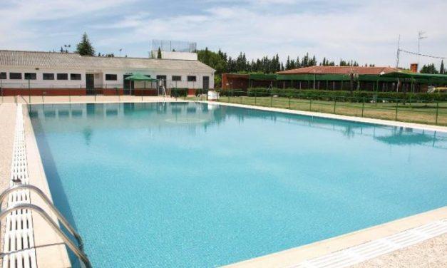 Coria acerca la lectura durante el verano a todos los usuarios de las piscinas municipales