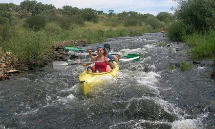 El río Alagón acoge un año más la Escuela Municipal de Piragüismo con clases de iniciación y especialización