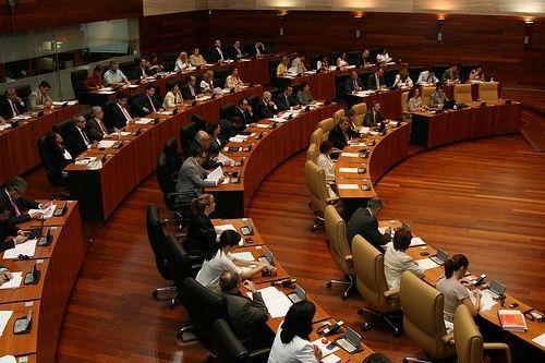 Monago no alcanza mayoría absoluta y tendrá que esperar a la sesión del jueves para ser presidente de Extremadura