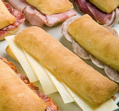 Los panaderos extremeños repartirán 8.000 dípticos para promocionar el consumo de bocadillos
