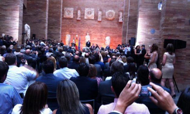 """Monago jura su cargo arropado por Rajoy y pide un esfuerzo para acabar """"con la herida del paro"""" en la región"""