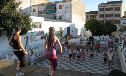 Un taller de salsa y bailes latinos reúne a unos 50 participantes en la pista de Las Vegas de Moraleja