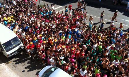 Cientos de jóvenes dan la bienvenida a los festejos bailando en Moraleja al son de la charanga