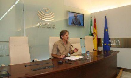 El diputado de IU, Pedro Escobar, aboga por el consenso en las decisiones de la Asamblea