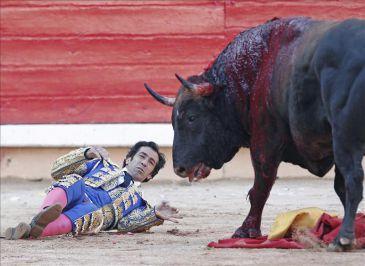 El diestro placentino, Juan Mora sufre dos cornadas, una de ellas grave, en la feria taurina de Pamplona