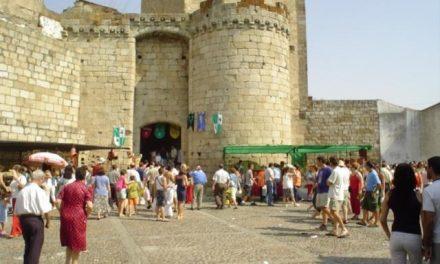 El Ayuntamiento de Coria y Asecoc abordan los cambios del mercado mensual, que podría ser temático
