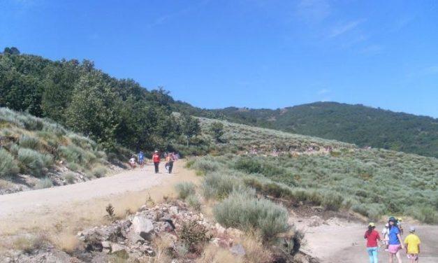 Los niños del campañamento de Cáritas de Villamiel participan en una jornada lúdica en Acebo