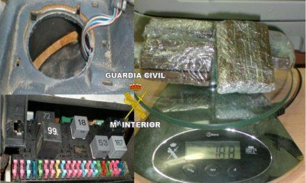 La Guardia Civil detiene a un joven cuando transportaba droga oculta en los altavoces y caja de fusibles del vehículo