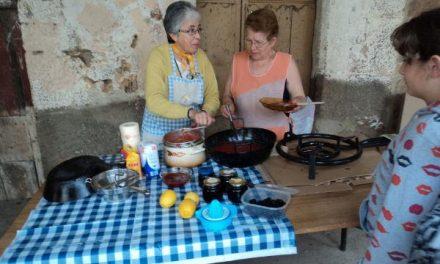 Los vecinos de Cadalso participan en los talleres de elaboración artesanal de pan, mermelada o queso