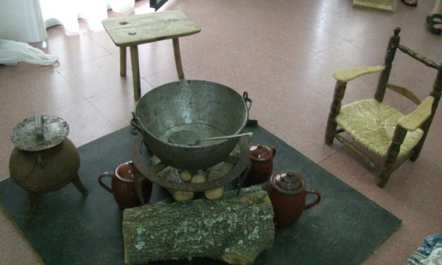 La casa de cultura de Cadalso acoge hasta el domingo una exposición de enseres y útiles de las cocinas antiguas