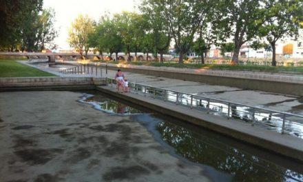 Una capa de grava en el fondo de la piscina natural de Moraleja actuará como filtro natural y la mantendrá limpia