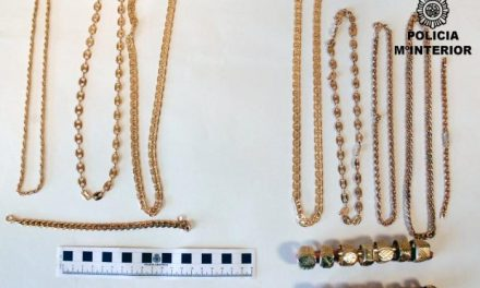 La policía detiene en Mérida a una joven que robaba a los viandantes mientras les vendía oro falso