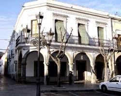 Un grupo de unos 30 socios estudian demandar la venta del edificio del Casino La Serena de Villanueva