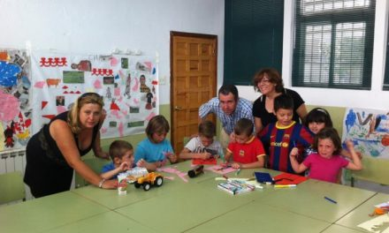 Los concejales de Moraleja se acercan a conocer el funcionamiento de la ludoteca municipal