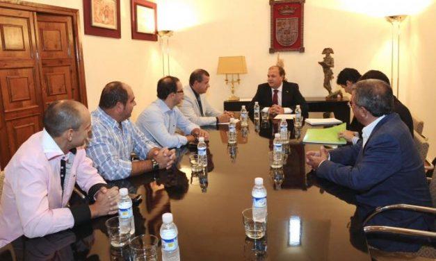 """Monago recibe a integrantes de """"Refinería Sí"""" un día después del encuentro con los opositores al proyecto"""