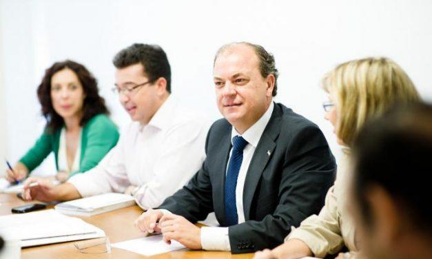 """El PP pide a Vara que """"no se esconda bajo el ala"""" tras la postura de Blanco en """"apoyo"""" al corredor mediterráneo"""