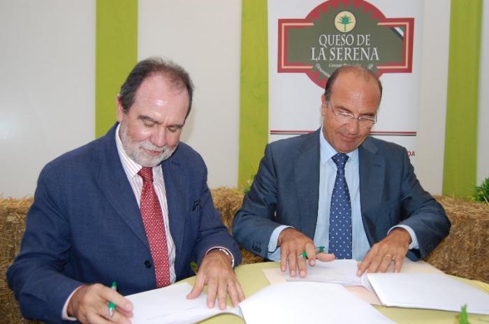 Los ganaderos e industriales de la DOP Queso de la Serena tendrán tarifas especiales de Caja Extremadura