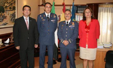 Manzano recibe al jefe de la base aérea de Talavera la Real con motivo de su relevo y al coronel que le sustituirá