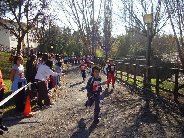 Los alumnos del colegio publico Virgen de Argeme de Coria participan en una carrera solidaria