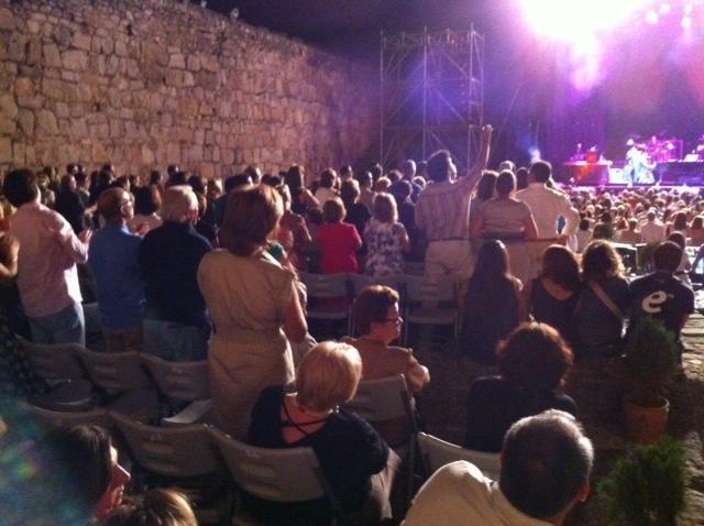 Cerca de 2.000 personas asistieron al concierto que el artista Raphael ofreció en el castillo de Trujillo