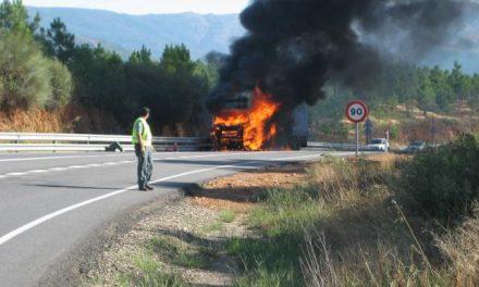 El incendio de un trailer en las proximidades de Perales del Puerto obliga a cortar la carretera EX-108
