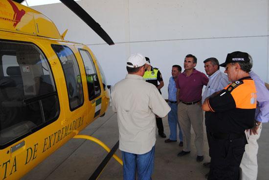 El alcalde de Valencia de Alcántara visita el servicio aéreo que el Plan Infoex tiene en el municipio